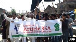 سرینگر میں کشمیری مسلمان آئین کی دفعہ 35 اے ختم کرنے کی مبینہ کوششوں کے خلاف احتجاج کر رہے ہیں۔