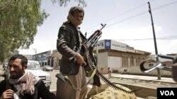 Milisi dari suku Hashid siap siaga dengan senjatanya di ibukota Sanaa. Perang kembali pecah akibat ambruknya gencatan senjata (31/5).