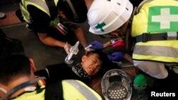 2019年11月11日急救人员正在香港理工大学救助一名受伤抗议者 (路透社)