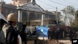 Pasukan keamanan Pakistan mengepung komplek kampus Institut Pertanian di kota Peshawar setelah sedikitnya empat orang militan menyerbu kampus ini hari Jumat (1/12).