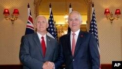 美国副总统彭斯(左)和澳大利亚总理特恩布尔在悉尼舰队司令府握手 (2017年4月22日)