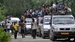 Dân làng Ấn Độ bỏ nhà chạy tránh vụ xung đột sắc tộc