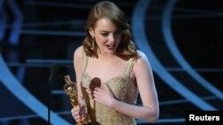 خانم استون برای فیلم «لالالند» جایزه بهترین بازیگر زن اسکار ۸۹ را دریافت کرد.