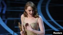 "Aktris terbaik Oscar 2017, Emma Stone, menerima penghargaan untuk film musikal ""La La Land"" (26/2). (Reuters/Lucy Nicholson)"
