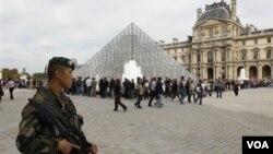 En París, soldados franceses patrullan los alrededores del Museo de Louvre.