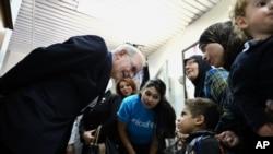 앤서티 레이크 유니세프 사무총장(왼쪽)이 29일 시리아 다마스커스에서 소아마비 백신을 맞으러 온 어린이들과 대화하고 있다.