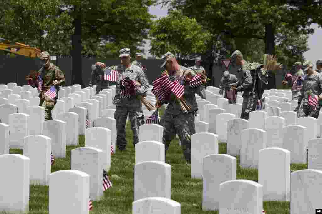 اس دن کے حوالے سے سپاہیوں کی قبروں پر چھوٹے امریکی پرچم آویزاں کیے جاتے ہیں۔