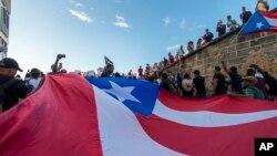 El gobernador de Puerto Rico, Ricardo Roselló, dijo que entrega su puesto el próximo 2 de agosto de 2019, después de las protestas masivas de puertorriqueños que exigían su salida del cargo.