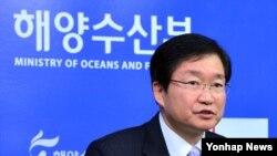 김영석 한국 해양수산부 차관이 29일 정부세종청사 해수부 기자실에서 2015년 해양수산에 대한 업무계획을 발표하고 있다.