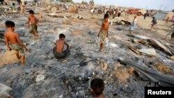 រូបឯកសារ៖ ក្មេងៗកំពុងរាវរកវត្ថុមានតម្លៃក្នុងផេះក្រោយពេលទីជម្រកនៅជំរំរបស់ជនមូស្លិមរ៉ូហ៊ីងយ៉ា ត្រូវបានភ្លើងឆេះនៅខេត្ត Rakhine កាលពីថ្ងៃទី៣ ខែមីនា។