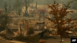 山火几天内烧毁了加州天堂镇7000多栋住宅