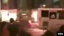 عکسی از اتوبوسی که به سوی ماموران حمله کرد.