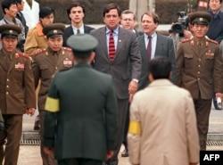 빌 리처드슨 당시 연방 하원의원이 1994년 12월 북한을 방문한 후 판문점을 통해 한국으로 입국하고 있다. 리처드슨 의원은 북한에 의해 격추된 미군 헬기 조종사의 석방과 숨진 조종사의 유해 송환 협상을 위해 북한을 방문했다.