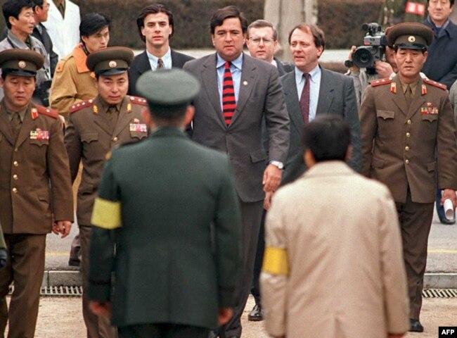 빌 리처드슨 당시 연방 하원의원이 1994년 12월 북한을 방문한 후 판문점을 통해 한국으로 입국하고 있다.
