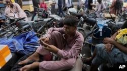 巴基斯坦卡拉奇一年輕人用手機在播放tictok抖音視頻。 (2020年7月21日)