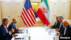 존 케리 미 국무장관(왼쪽)과 모하마드 자바드 자리프 이란 외무장관이 17일 오스트리아 빈에서 양자회담을 가졌다. (자료사진)