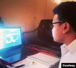 Al Irhaska Firdaus mengikuti kuliah daring dari rumahnya di Lumajang, Jawa TImur. (Foto: Firdaus)