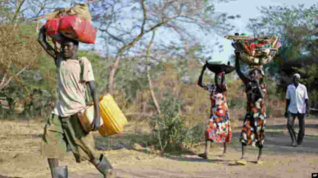 Une famille soudanaise fuyant l'Etat du Nil Bleu vers le camp de réfugiés de Doro, 12 décembre 2011.