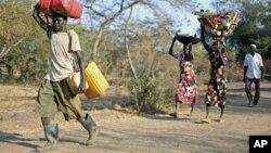 Une famille soudanaise fuyant le Nil Bleu vers le Soudan du sud, 12 décembre 2011.