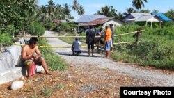 Berlakukan satu pintu keluar masuk, warga desa Sintuwulemba, Kecamatan Lage bergotong royong melakukan pemasangan batang bambu untuk menutup lima jalan akses keluar masuk ke desa itu, 20 April 2020. (Foto: Yopy Hary / BPD Desa Sintuwulemba)