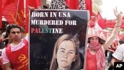 Người biểu tình cầm hình cô Rachel Corrie, nhà hoạt động Mỹ bị xe ủi đất của quân đội Israel cán chết trong cuộc biểu tình thân Palestine ở Dải Gaza năm 2003.