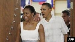 Мишель и Барак Обама на базе морской пехоты на Гавайах
