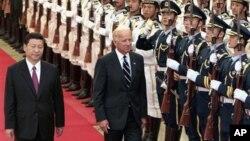 美國副總統拜登2011年8月18日訪問中國,與時任中國國家副主席的習近平在北京檢閱儀仗隊。