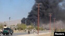 17일 아프가니스탄 가데즈 시의 경찰본부 훈련시설에서 탈레반의 테러 공격으로 연기가 치솟고 있다.