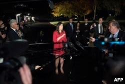 새라 허커비 샌더스 백악관 대변인이 6일 밤 백악관 앞에서 중간선거 결과에 대한 기자들의 질문에 답하고 있다.