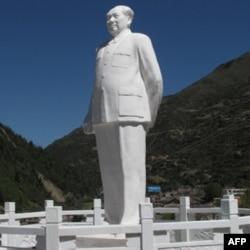 毛泽东雕像耸立于山头