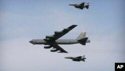 Máy bay ném bom B-52 bay trên căn cứ không quân Osan ở Pyeongtaek, Hàn Quốc. (Ảnh chụp ngày 10/1/2016)