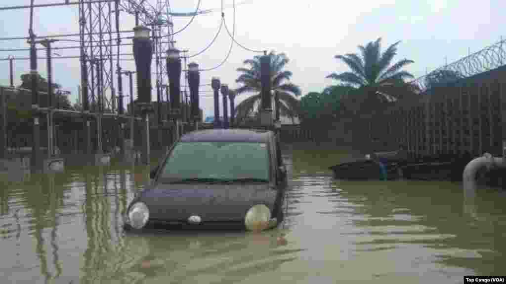 Un véhicule sous les eaux à Kinshasa, le 4 janvier 2017. (VOA/TopCongo)