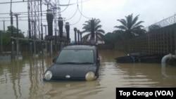 Un véhicule dans les eaux à Kinshasa, le 4 janvier 2017. (VOA/TopCongo)