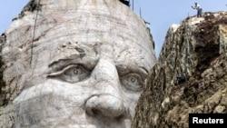 사우스다코타 주 블랙힐스 산지에 있는 수족 원주민 추장 '크레이지 호스(Crazy Horse)'상 머리 부분. 높이 26.5m로, 앞의 바위 언덕 위에 올라있는 사람과 비교해 보면 크기를 가늠할 수 있다.