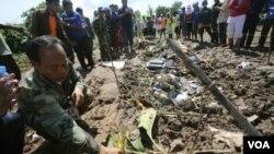 Thắp nhang cầu nguyện cho các nạn nhân tại hiện trường vụ rớt máy bay tại miền nam Lào, ngày 17/10/2013.