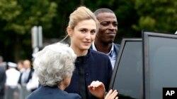 Aktris Perancis Julie Gayet tiba dalam upacara peringatan pidato bersejarah Jenderal Charles de Gaulle (18/6). Ini merupakan pertama kalinya Gayet tampil dalam sebuah upacara resmi yang juga dihadiri oleh Presiden Perancis Francois Hollande.