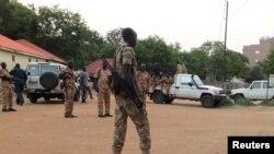 Des policiers et des soldats sud-soudanais sont vus dans les villes de la capitale suite à la reprise des combats, le 10 juillet 2016.