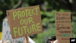 Para pengunjuk rasa dalam demo yang menyatakan keprihatinan terhadap perubahan iklim, di Indianapolis, AS, 20 September 2019.