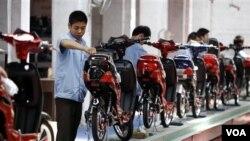 Salah satu industri sepeda motor di Tianjin, Tiongkok (foto: dok). Ekspor Tiongkok meningkat bulan Agustus, namun impornya mengalami lonjakan lebih pesat.