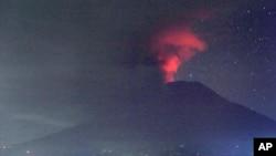 位於印度尼西亞巴厘島的阿貢火山正在噴發。(2017年11月26日)
