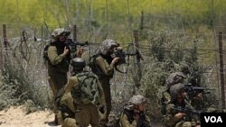 Tentara Israel mengarahkan senjatanya ke arah demonstran di Majdal Shams, perbatasan dengan dataran tinggi Golan (5/6).
