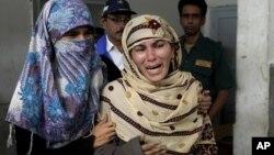 18일 파키스탄의 유엔 보건진료소에서 연쇄 총격으로 직원 6명이 사망한 가운데, 슬퍼하는 가족들.