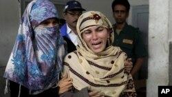 Bà Rukhsana Bibi đau buồn trước cái chết của con gái, cô Madiha Bibi, một trong những nhân viên chích ngừa bại liệt bị những người lạ mặt giết chết tại một bệnh viện ở thành phố Karachi, Pakistan
