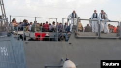 지난 11일 이탈리아로 향하던 난민선이 침몰한 가운데, 구조된 난민들이 몰타 해군 선박에 타고 있다.