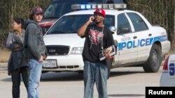 星期二在得克薩斯州休斯敦孤星學院北哈里斯校園發生槍擊案後,學生在等待進一步的情況