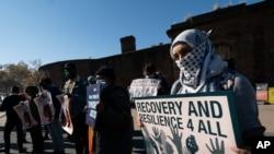 Para pengunjuk rasa yang meminta reformasi imigrasi di New York, 9 November 2020. (Foto: AP/Mark Lennihan)