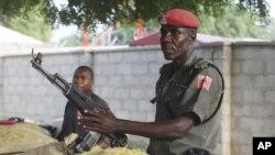 Cảnh sát Nigeria trang bị súng AK-47 canh gác tại một chốt kiểm soát trên con đường chính ở Maiduguri