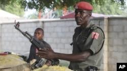 Polisi Nigeria berjaga di sepanjang bunker di jalanan Maiduguri, Nigeria (Foto: dok). Sekelompok bersenjata meledakkan bom di dekat sebuah sekolah Islam di Nigeria Utara, Minggu (30/9).
