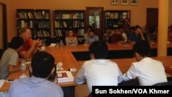 Discussion between speaker and youth in Politikoffee at Konrad Adenauer Stiftung office in Cambodia on August 1, 2015. (Sun Sokhen/VOA Khmer)