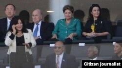 Presidente angolano José Eduardo dos Santos acompanhado da primeira-dama Ana Paula, em baixo. Em cima, da esq. para dir. Sec. Nações Unidas, Ban Ki-moon, Pres. da FIFA, Joseph Blatter e imediatamente ao lado a Presidente brasileira, Dilma Roussef. Abertur